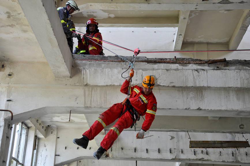 Román mentőalakulatok mentek Albániába túlélőket keresni