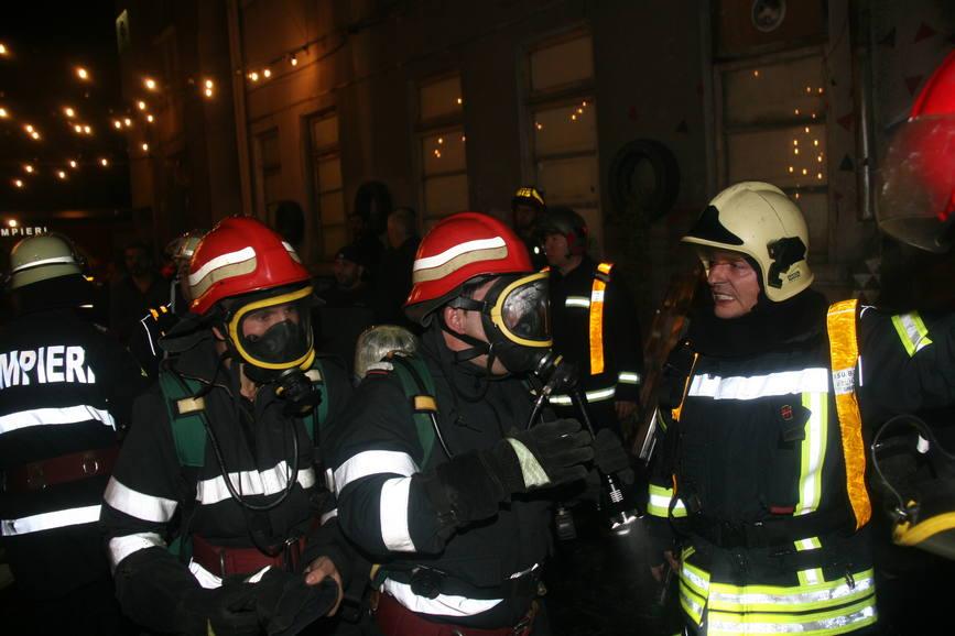 D ale  tehnocratiei   Aghiotantii lui Ciolos manjesc obrazul pompierilor  Doar in Romania  tara unde eroii de azi sunt vinovatii de maine | imaginea 1
