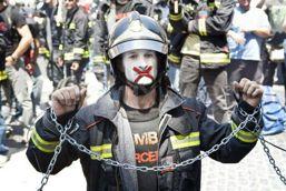Cine bagă pumnul în gura pompierilor români?