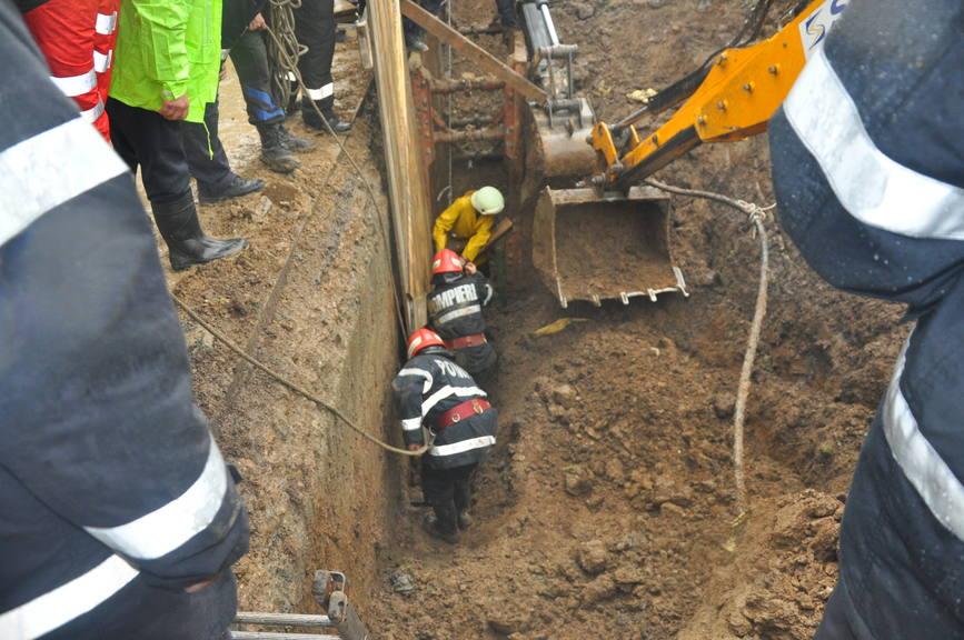 Un muncitor a decedat dupa ce a fost prins sub un mal de pamant | imaginea 1