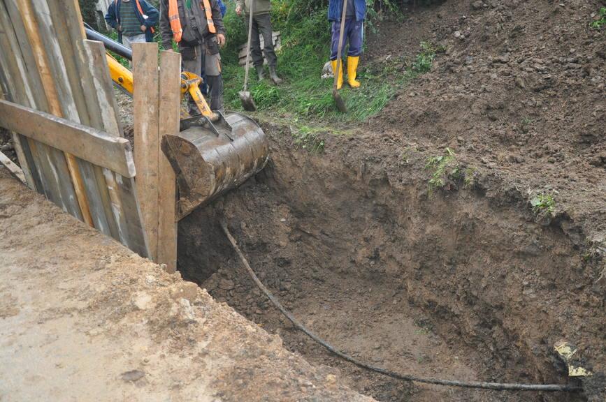 Un muncitor a decedat dupa ce a fost prins sub un mal de pamant | imaginea 2