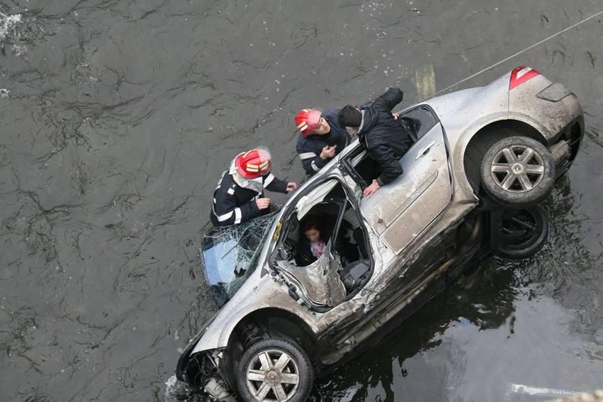 Pompierii au salvat trei persoane dintr o masina cazuta in Dambovita | imaginea 1