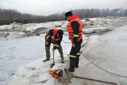 Pompierii militari suceveni in lupta cu apele | imaginea 1
