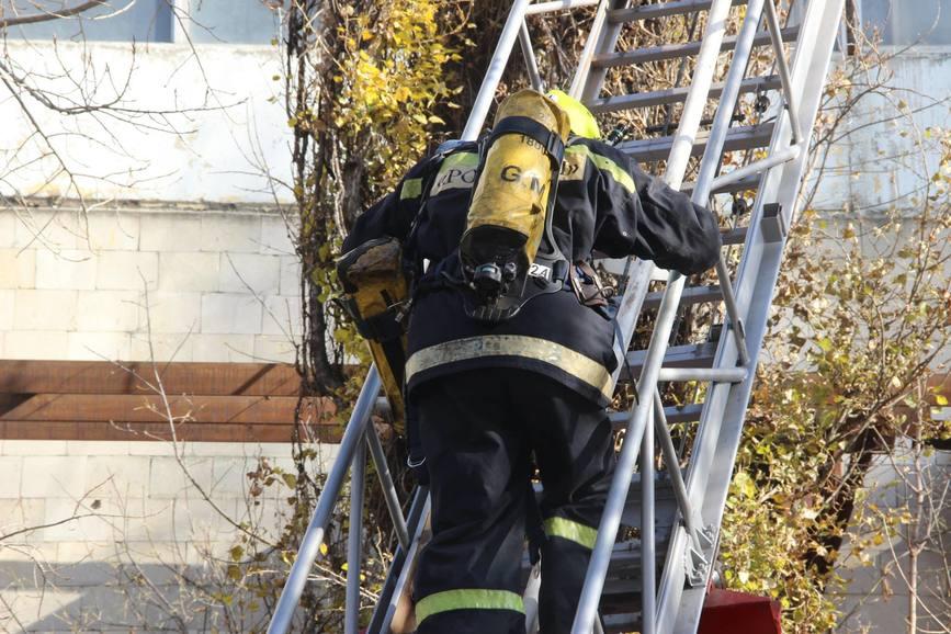 Un pompier si a pierdut viata in timpul unui incendiu de proportii | imaginea 2